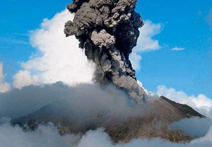 Las constantes erupciones del volcán Turrialba, entre el jueves y viernes, provocaron el cierre de escuelas y aeropuertos en Costa Rica. (Alonso Tenorio/lanacion.com)