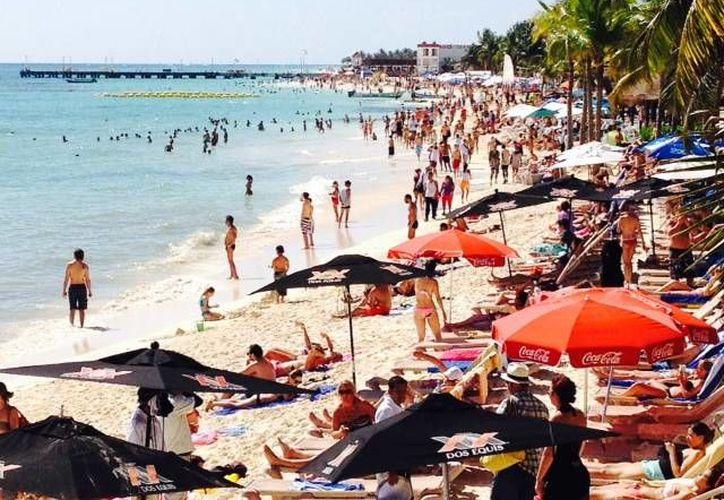 Las playas de este destino lucen colmados de bañistas. (Adrián Barreto/SIPSE)