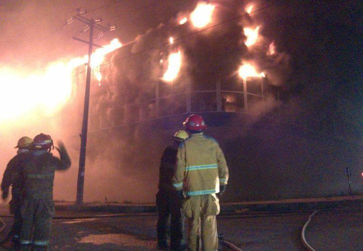 El incendio, que inició poco antes de las 22:00 horas del sábado, se mantuvo activo por más de 14 horas. (Israel Leal/SIPSE)