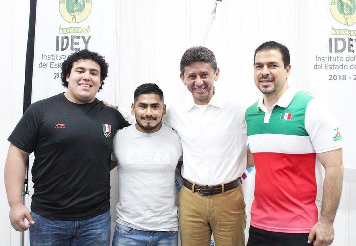 Los pesistas Josué Medina y Lino Santos (),con el titular del IDEY, Carlos Sáenz, y el presidente de la Asociación Yucateca de Pesas, David Carrillo.(Foto:Milenio Novedades)