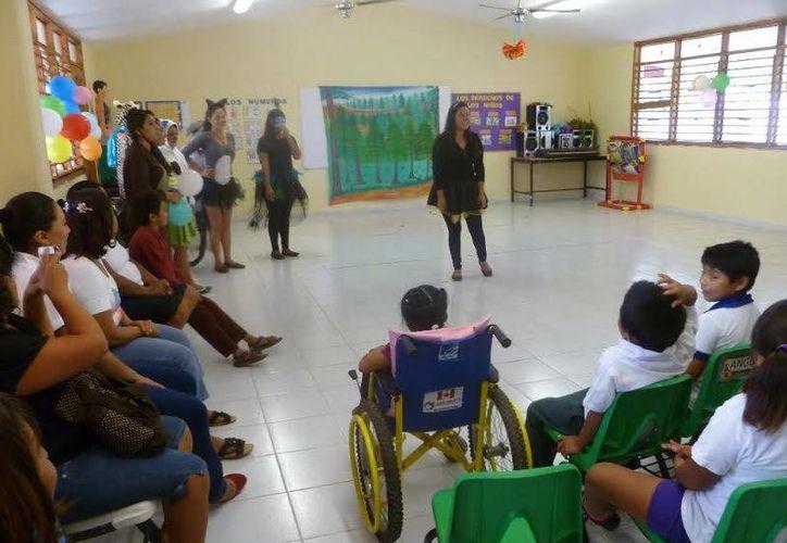 Los doce alumnos de la Licenciatura de Educación Especial estuvieron en el CAM. (Raúl Balam/SIPSE)