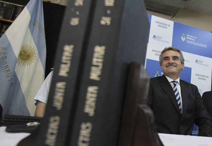 El ministro argentino de Defensa, Agustín Rossi (d), durante el acto de apertura al público de los archivos de las actas de la última dictadura militar (1976-1983), hallados el pasado mes de noviembre en la sede de la Fuerza Aérea, en Buenos Aires, Argentina. (EFE)
