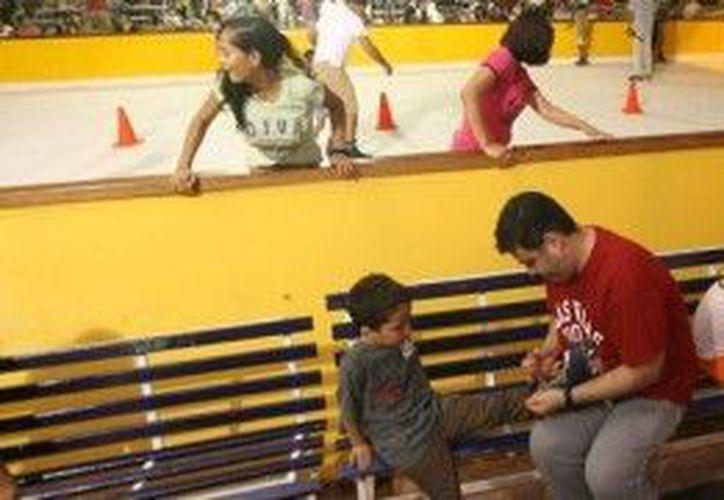 En la pista de hielo disfrutan niños grandes. (Cortesía/SIPSE)