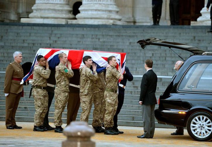 Soldados británicos cargan hoy con un ataúd durante el ensayo del funeral de la ex primera ministra Margaret Thatcher en la Catedral de San Pablo en Londres. (Agencias)