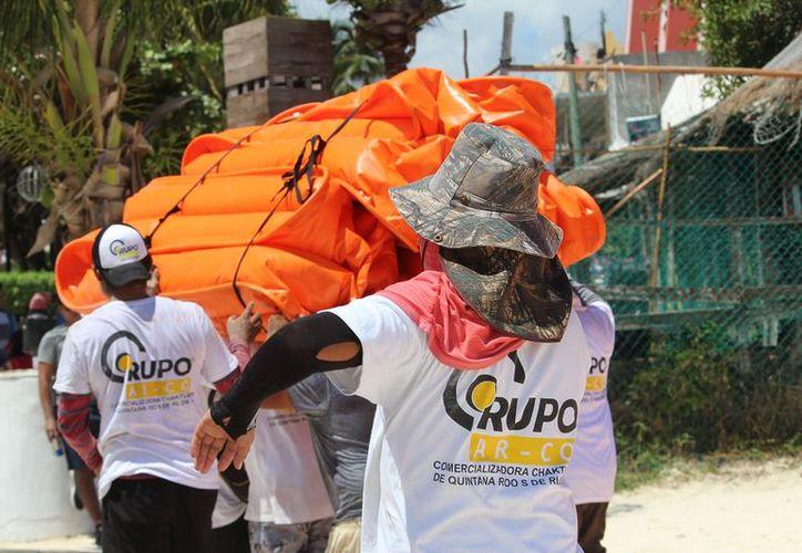 Debido a que la empresa no cuenta con trabajadores que sepan nadar, personal de Protección Civil ayudó en las labores. (Octavio Martínez/ SIPSE)