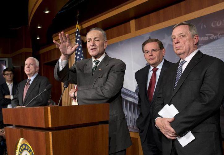 El senador John McCain, republicano de Arizona, el senador Charles Schumer, demócrata por Nueva York, el senador Robert Menéndez, demócrata por Nueva Jersey, y el senador Dick Durbin, demócrata por Illinois. (Agencias)