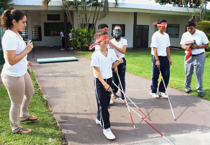 """A través del programa """"Ponte en mis zapatos"""" se hace que los estudiantes experimenten lo que es vivir con alguna discapacidad. (Cortesía)"""
