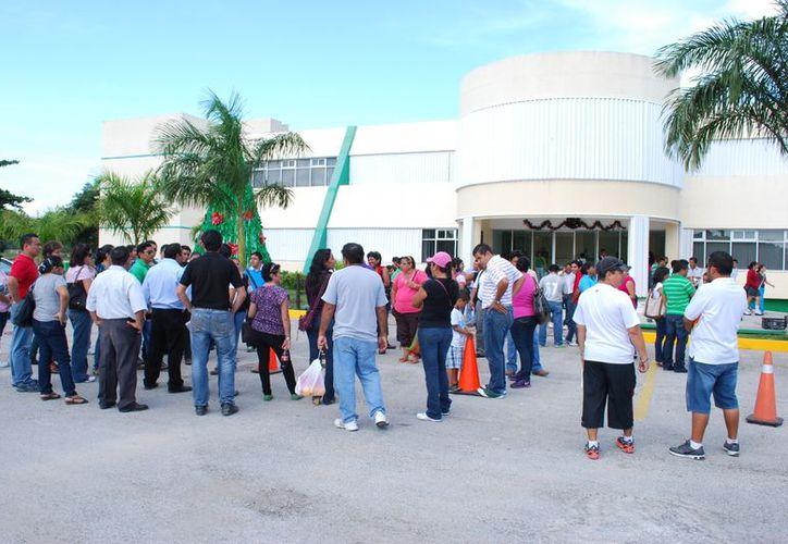 Los maestros hicieron acto de presencia en el estacionamiento de la SEQ de la zona norte para manifestarse. (Tomás Álvarez/SIPSE)