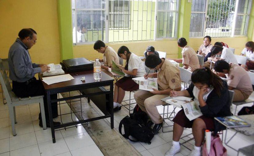 Realizarán mesa panel sobre procesos exitosos en la enseñanza en Yucatán. En la imagen, un maestro mientras imparte clases a sus alumnos. (Milenio Novedades)