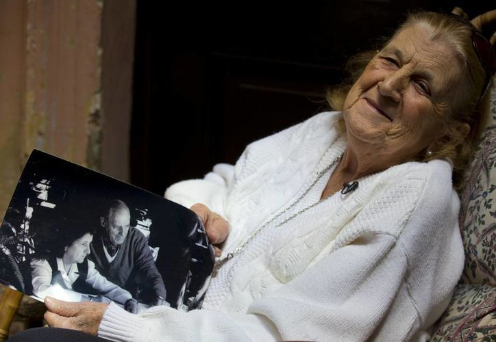 Clelia Luro muestra una foto de sí misma con su difunto marido, Jerónimo Podestá, exobispo de Avellaneda, en su casa en Buenos Aires, Argentina. (Agencias)
