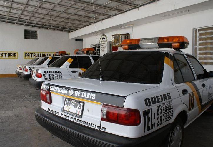 Choferes del Sindicato Único de Choferes de Automóviles de Alquiler ayudan a reportar delitos en Chetumal. (Enrique Mena/SIPSE)