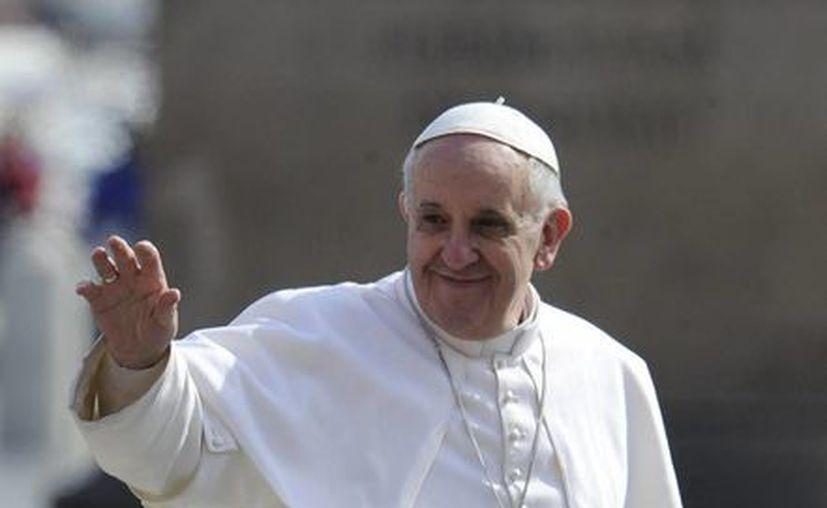 """El papa Francisco saluda desde el """"papamóvil"""" a su llegada a la Plaza de San Pedro del Vaticano donde presidió hoy la audiencia general de los miércoles. Se trata de la primera audiencia presidida por el pontífice desde su entronización. (EFE)"""