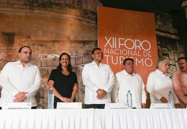 En la inauguración del XII Foro Nacional de Turismo, Mundo Maya Fórum 2014, el gobernador Rolando Zapata (c) llamó a consolidar un agenda común de turismo en el Sur-Sureste de México. (Cortesía)