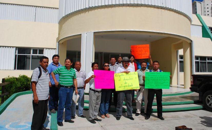 Con pancartas los maestros piden que se respeten los derechos de los trabajadores de la educación. (Tomás Álvarez/SIPSE)