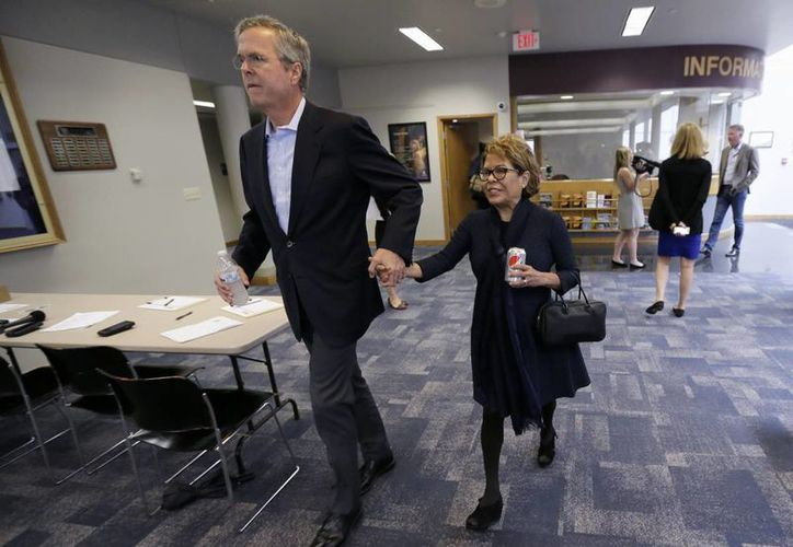Jeb Bush, hijo y hermano de presidentes de Estados Unidos y quizá presidente en 2016 él mismo, está casado con la mexicana Columba Garnica Gallo. Imagen de la pareja durante un evento en Florida. (Charlie Neibergall, AP)