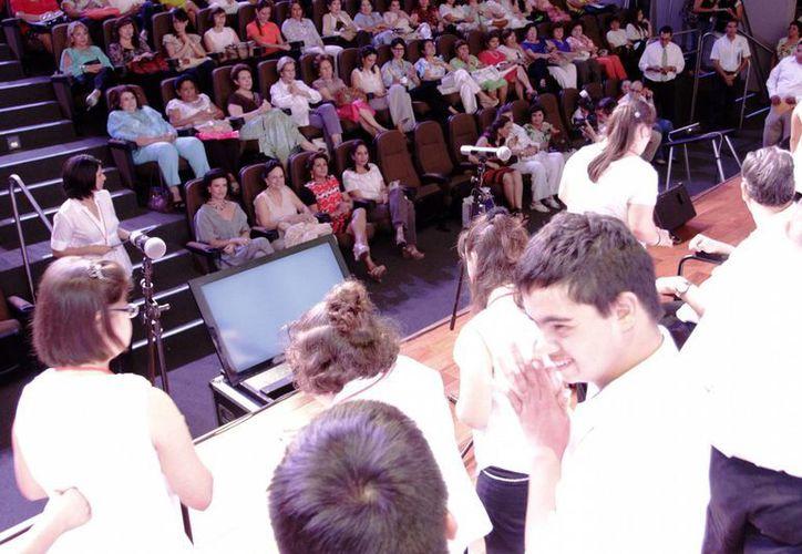 Presentación de la plática que ofrecerá en esta ciudad Gaby Vargas. (SIPSE)