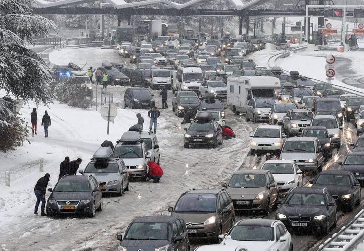 El servicio meteorológico de Francia indicó que la caída de nieve ha causado una situación delicada en la zona de los Alpes. (EFE)