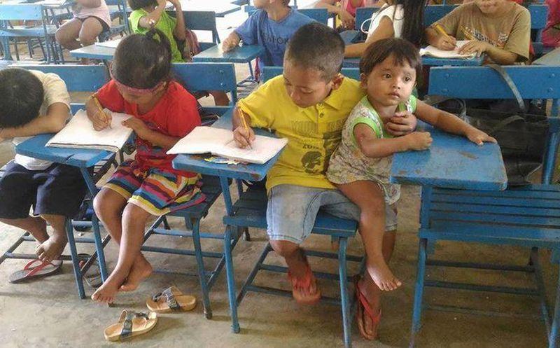 Viral: este nene cuida a su pequeña hermana mientras estudia