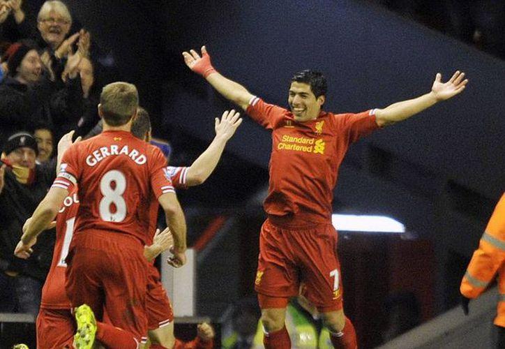 """Suárez aseguró estar """"contento"""" en el Liverpool, y que permanecerá con el club al menos hasta el final de la temporada. (Agencias)"""