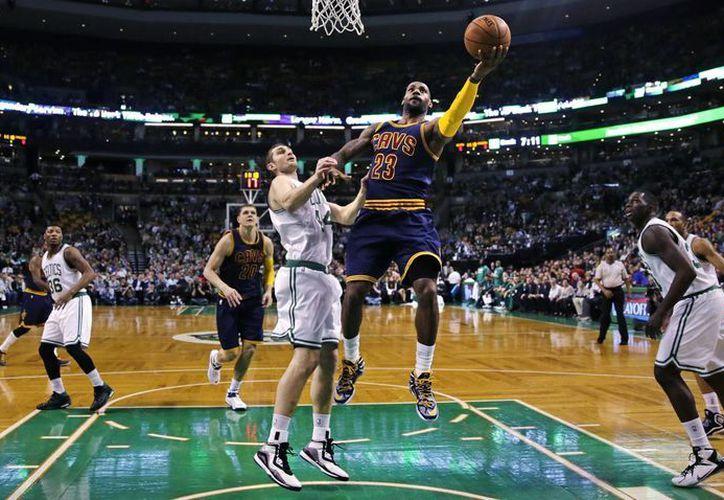 En su temporada de regreso con Cavs, LeBron James ha sido y sigue siendo fundamental. Aquí durante el tercer partido de playoffs ganado a Bucks de Milwaukee. (Foto:AP)