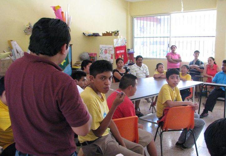 Durante el taller se realizaron dinámicas entre padres de familia e hijos. (Manuel Salazar/SIPSE)