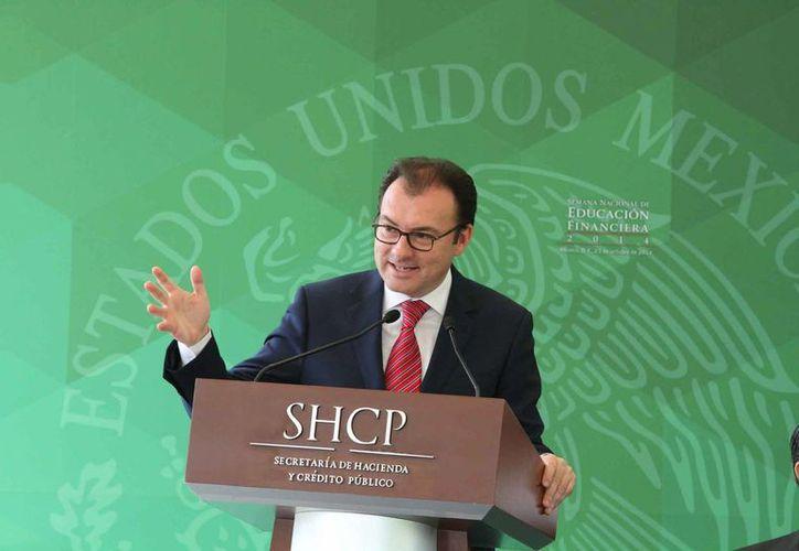 El secretario de Hacienda, Luis Videgaray, afirmó que el gobierno Federal adquirió el derecho (más no la obligación) de vender durante 2015 petróleo a un precio predeterminado. (Milenio Novedades)