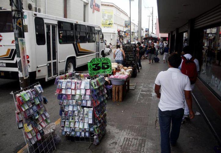 Las aceras del Centro Histórico de nuevo están invadidas por vendedores ambulantes. (Milenio Novedades)