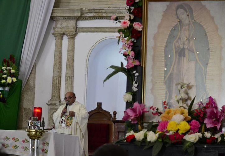 La Virgen de Guadalupe viene a ser ese emotivo, ese signo que Dios nos ha mandado a creer, declaró el padre Pedro Mena durante la bajada de dicha figura en la Iglesia de San Cristóbal, en Mérida. (SIPSE)