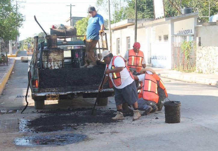 Los encargados de los trabajos recorrieron las calles a reparar. (Gloria Poot/SIPSE)