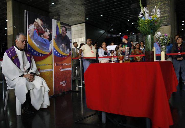 Seguidores del presidente Hugo Chávez participan en un misa por el mejoramiento de salud del mandatario. (EFE)