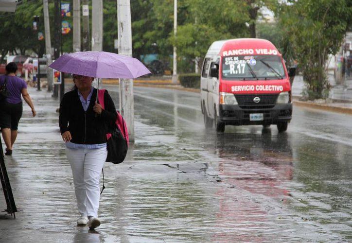Protección Civil recomienda a la ciudadanía salir preparado para lluvias con calzado cerrado y paraguas. (Tomás Álvarez/SIPSE)