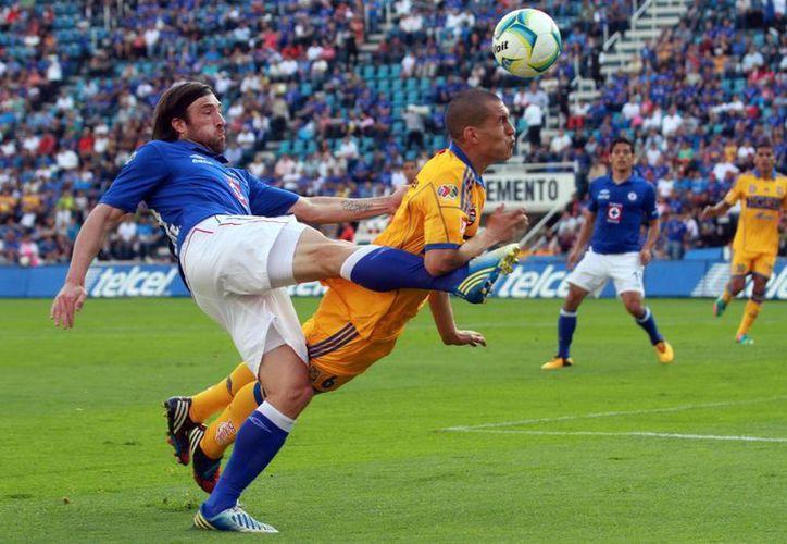 Tigres confirmó su liderazgo quitándole lo invicto al Cruz Azul. (Notimex)
