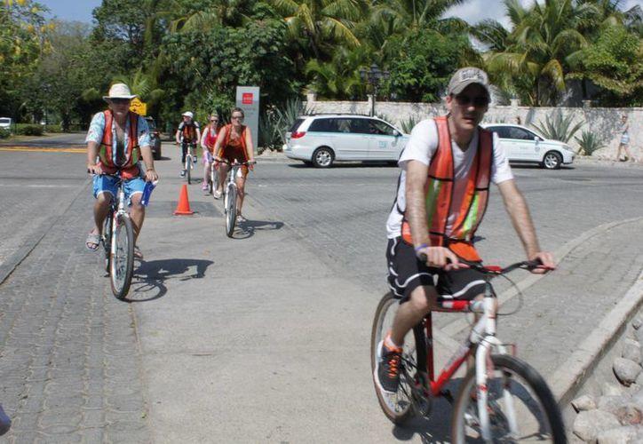 Turistas extranjeros realizan paseos en Playacar. (Adrián Barreto/SIPSE)
