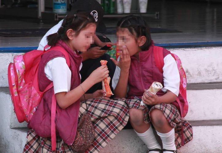 Las autoridades de salud recomiendan a los adultos y niños no comer en la calle. (Milenio Novedades)