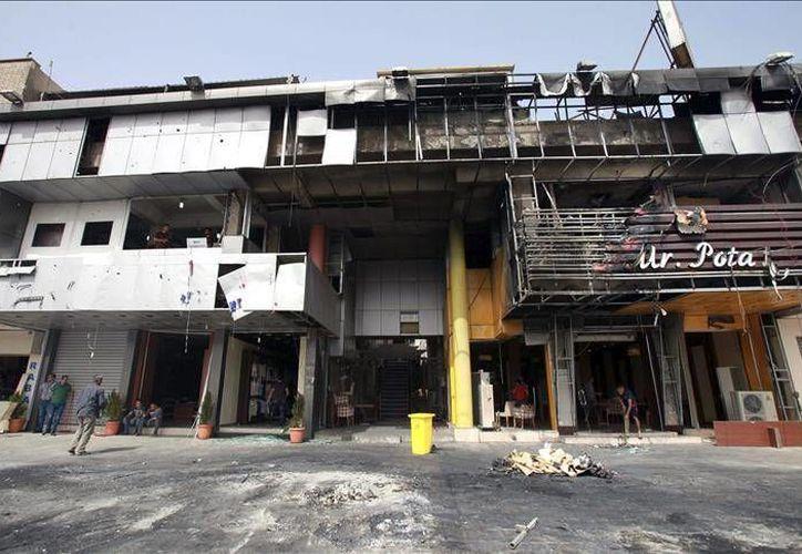 Imagen de una zona comercial de Bagdad que fue bombardeada esta semana. Nuevos enfrentamientos se han realizado en la capital de Irak en donde decenas de civiles y terroristas han perdido la vida. (Archivo EFE)