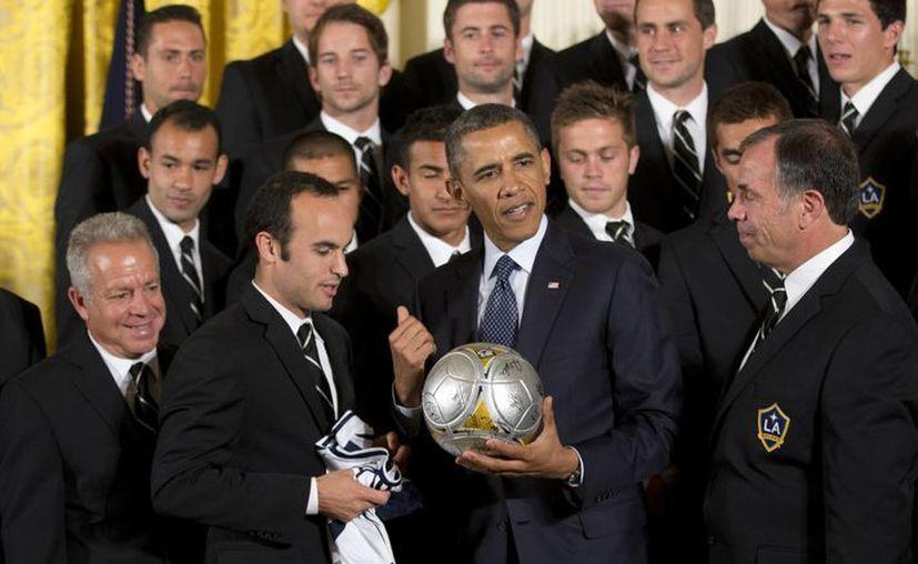 El Presidente intercambió obsequios con Landon Donovan, quien sostiene una playera para el mandatario. (Agencias)