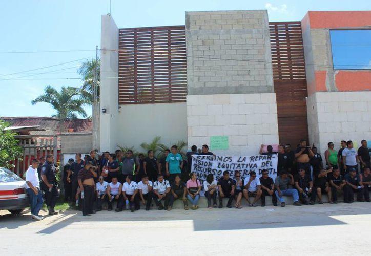 Un centenar de policías de Tulum se plantaron frente a la casa del presidente municipal. (Sara Cauich/SIPSE)