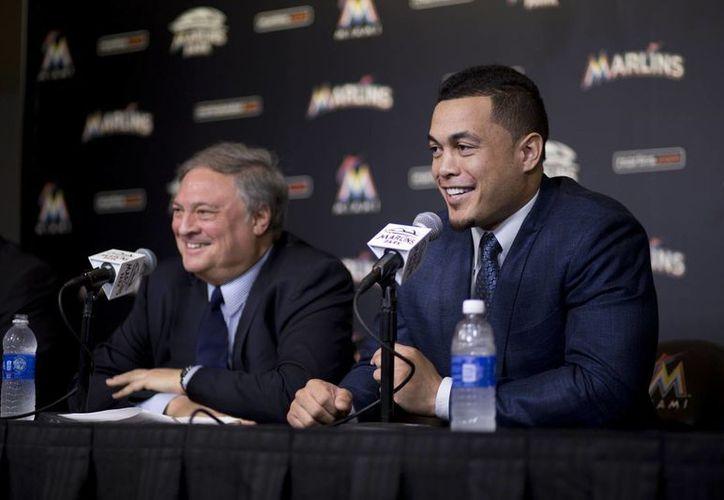 El dueño de Marlins de Miami, Jeffrey Loria, junto al nuevo refuerzo, Giancarlo Stanton, que en 13 años ganará 325 millones de dólares. (Foto: AP)