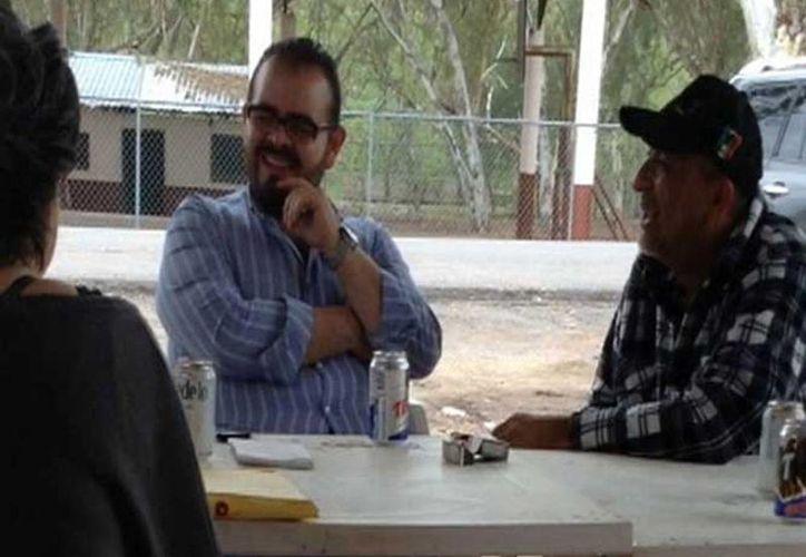 Se venció el plazo de 96 horas para resolver la situación jurídica de Rodrigo Vallejo Mora, en la imagen acompañado de Servando Gómez Martínez, alias La Tuta, líder de Los Caballeros Templarios. (Excelsior)