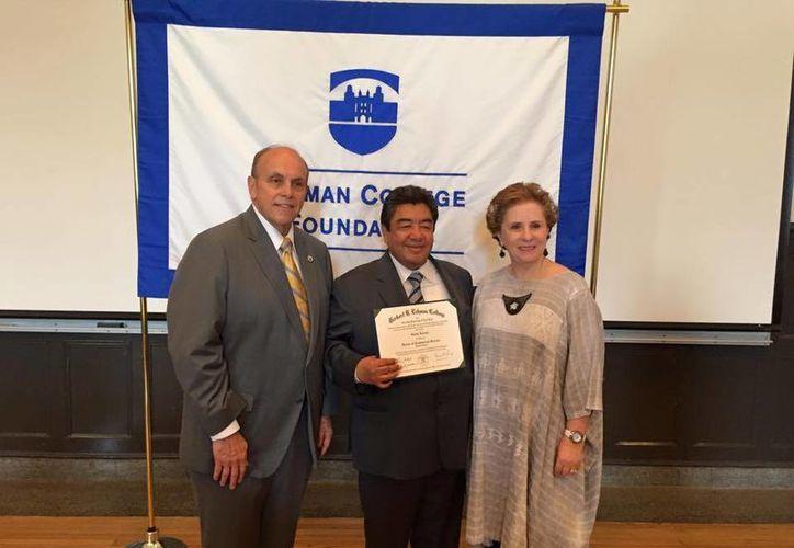 Jaime Lucero, al centro, ha financiado numerosas becas y apoyos para estudiantes mexicanos en Nueva York. (Facebook/The Jaime Lucero Mexican Studies Institute)