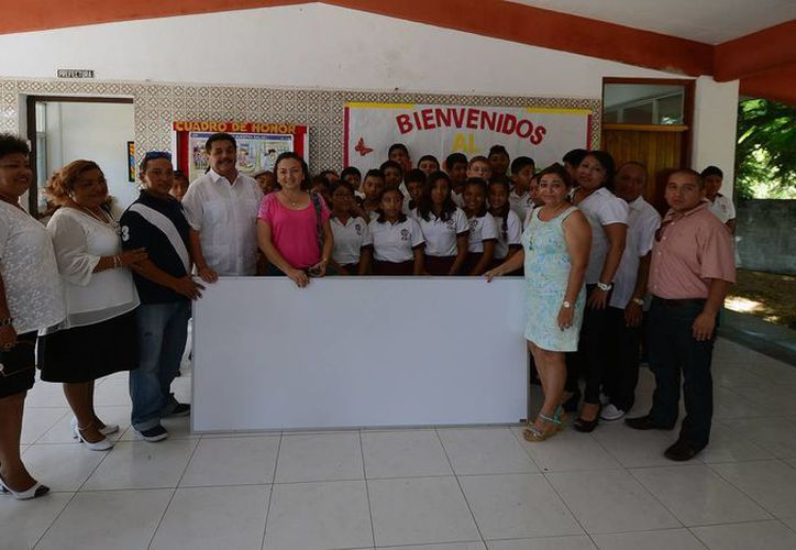 El presidente municipal, Agapito Magaña, hizo entrega de los pizarrones. (Redacción/SIPSE)