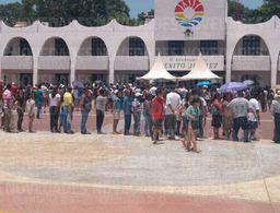 Peregrinan turistas y foráneos en Cancún, ya no hay boletas