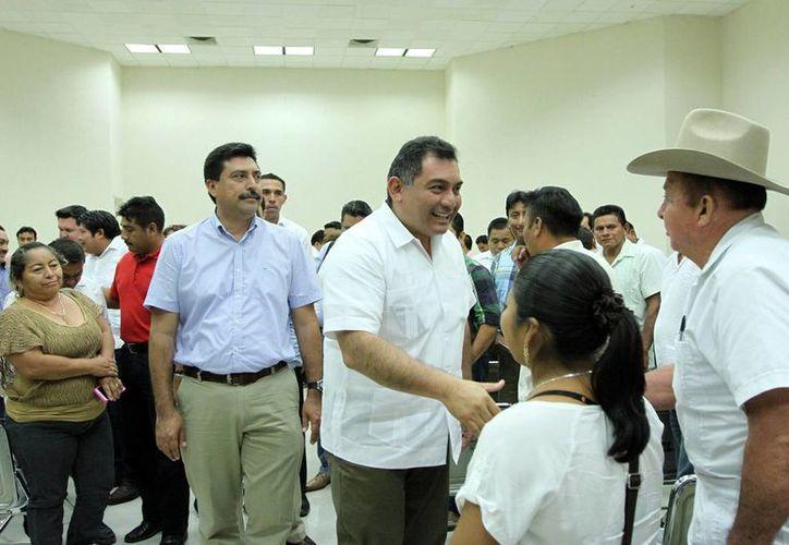 El secretario general de Gobierno, Víctor Caballero Durán, saluda a alcaldes de los municipios de Yucatán. (Milenio Novedades)