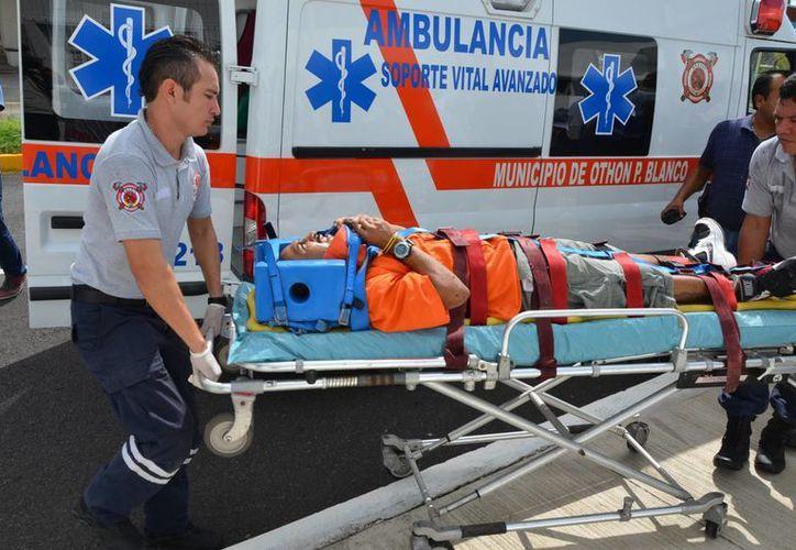 Paramédicos de la Unidad de Respuestas a Emergencias Médicas le brindaron los primeros auxilios luego de la caída. (Gerardo Amaro/SIPSE)