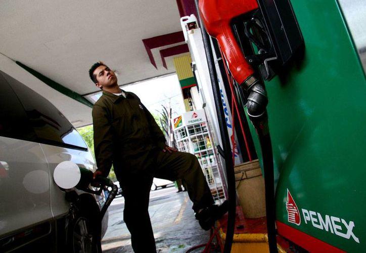 El titular de la SHCP sostuvo que no está en manos del gobierno controlar el alza o la baja de los combustibles. (Alejandro Saldívar/proceso.com.mx)