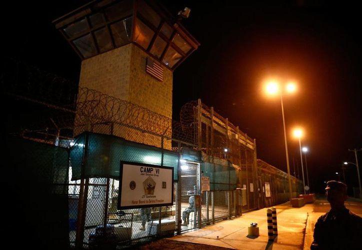 En esta foto de archivo del 20 de noviembre de 2013, se aprecia la zona de acceso a las instalaciones de detención Campamento VI en la Base Naval de Bahía de Guantánamo, en Cuba. La Cámara baja respaldó una ley el jueves 15 de septiembre de 2016 que detendría temporalmente la transferencia de sospechosos de terrorismo desde esa prisión. (AP/Charles Dharapak, archivo)