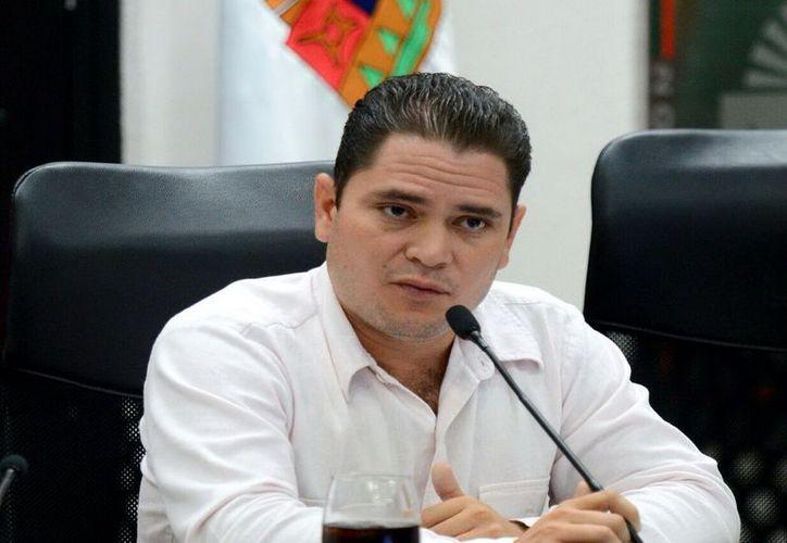El diputado independiente, Juan Carlos Pereyra Escudero, durante su participación en un foro en la Universidad Tecnológica. (Foto: Edgar Olavarría / SIPSE)