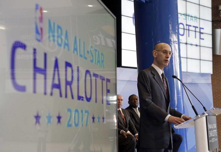 El comisionado de la NBA, Adam Silver, daba a conocer el 23 de junio de 2015 que Charlotte sería sede del Juego de Estrellas. La decisión fue revocada este jueves. (AP)