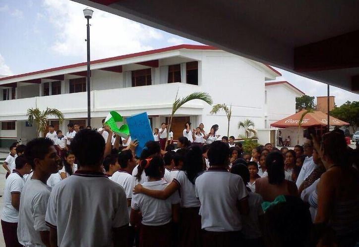 Al lugar han arribado elementos de la policía para calmar los ánimos. (Facebook: Christian Zacnicte Cruz)