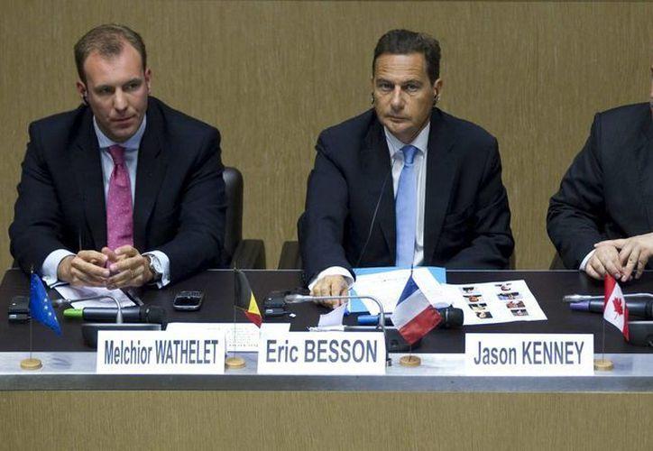 El ministro de Inmigración francés, Eric Besson (c), el secretario de Estado belga para Inmigración, Melchior Wathelet (i), y el ministro canadiense de Inmigración, Jason Kenney. (EFE)